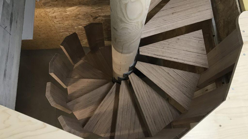 Aménagement intérieur escalier colimaçon en bois