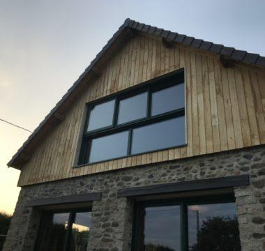 Maison demie-façade en bardage bois