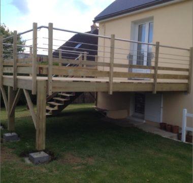 Terrasse en hauteur en bois naturel